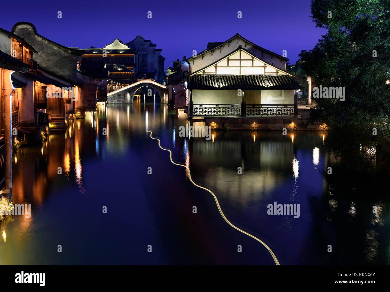 Vista nocturna del edificio antiguo por el agua en wuzhen wuzhen. - antiguo pueblo de agua, parte de Tongxiang, Foto de stock
