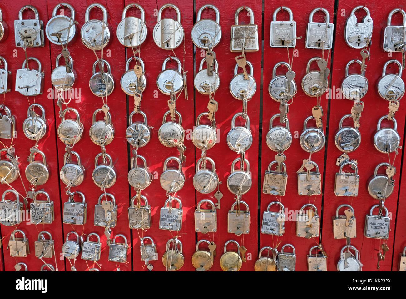 Una pantalla de cerraduras / candados en un mercado, India Imagen De Stock