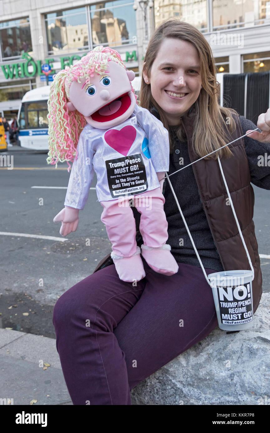 Una mujer y su títere protestando contra Donald Trump y Mike Pence en Union Square en la Ciudad de Nueva York Imagen De Stock