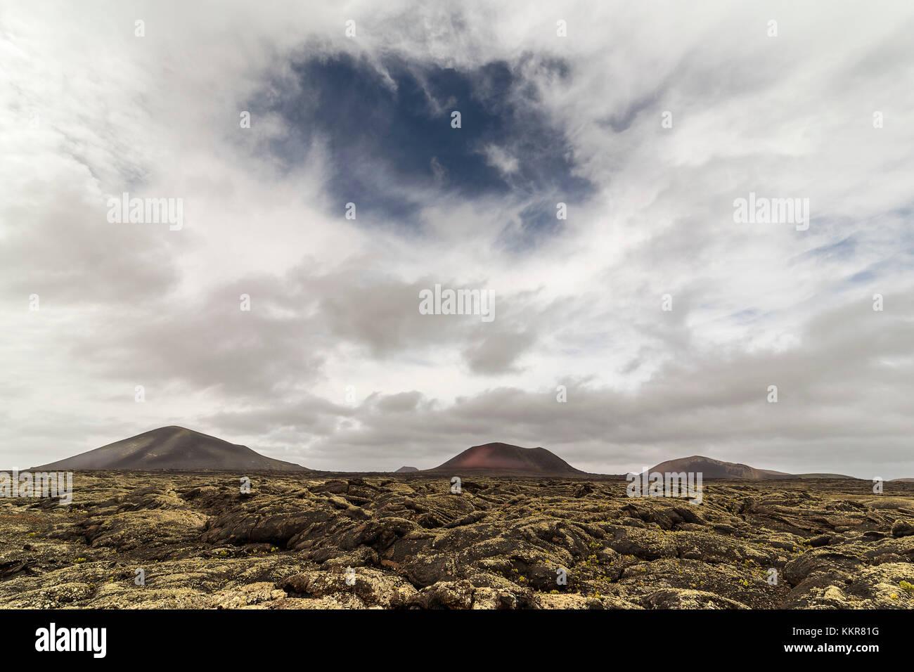 Nubes nervioso en las montañas de fuego, el parque nacional de Timanfaya, Lanzarote, Islas Canarias, España Imagen De Stock