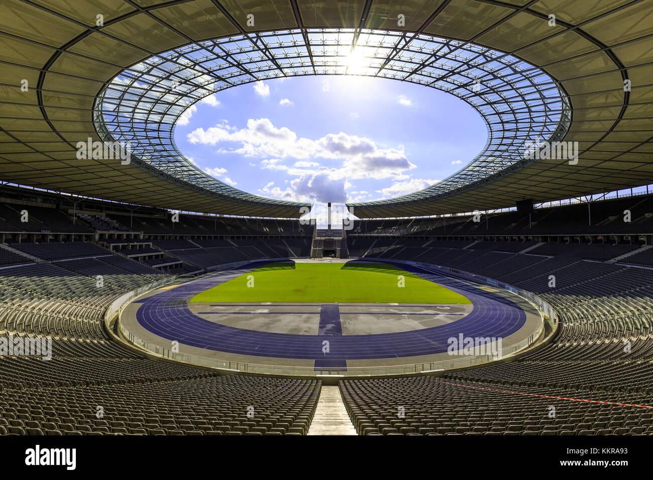 El Olympiastadion Berlin es un estadio deportivo en Berlín, Alemania. Fue originalmente construido para los Juegos Olímpicos de Verano de 1936 por Werner March. Durante los Juegos Olímpicos, se pensó que la asistencia récord era de más de 100,000. Hoy el estadio forma parte del Olympiapark de Berlín. Foto de stock