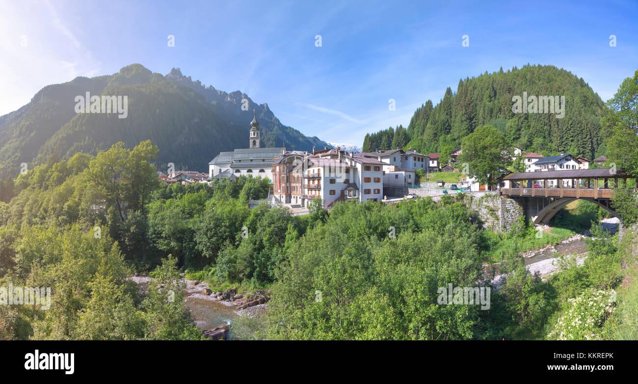 Europa, Italia, Véneto, Belluno. El pueblo de Canale d Agordo con la iglesia de San Giovanni Battista y el museo Albino Luciani Foto de stock
