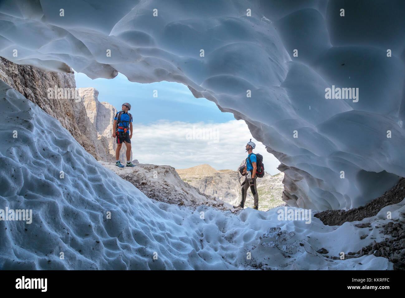 Italia, el Tirol del sur, hochpustertal sexten, cueva de nieve en la temporada de verano a lo largo de la alpinisteig Foto de stock