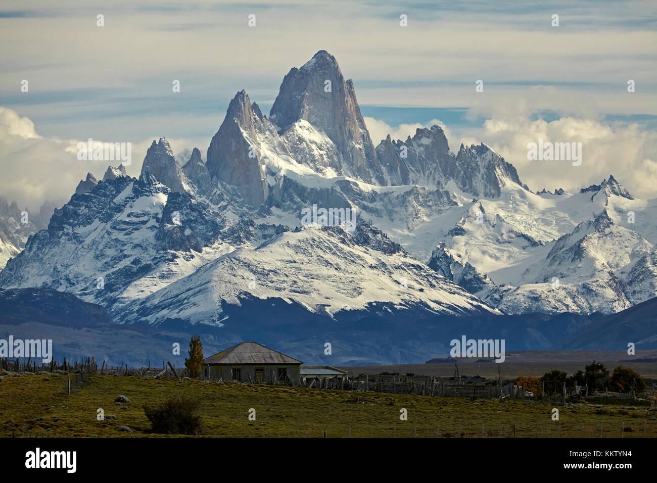 Monte Fitz Roy, Parque Nacional los Glaciares (Patrimonio de la Humanidad), y casa de campo, Patagonia, Argentina, Sudamérica Foto de stock