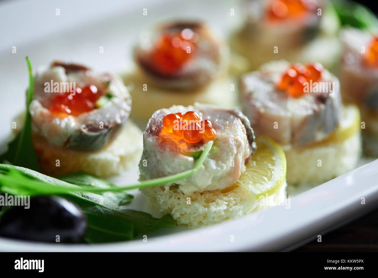 Deliciosa comida sobre la mesa de madera Imagen De Stock