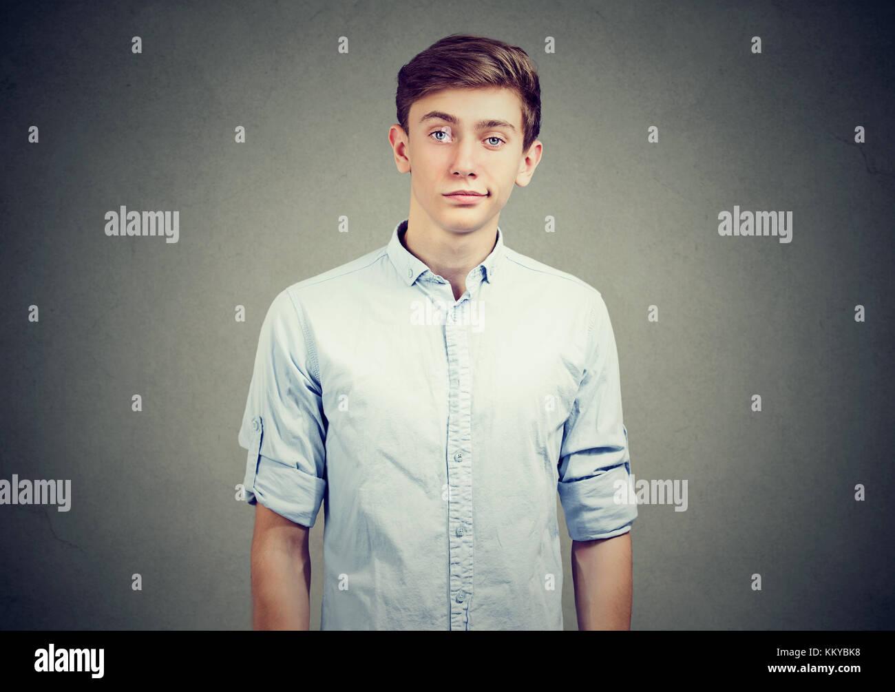 Retrato de escépticos joven busca sospechoso, con algún disgusto en su rostro mezclado con desaprobación Imagen De Stock