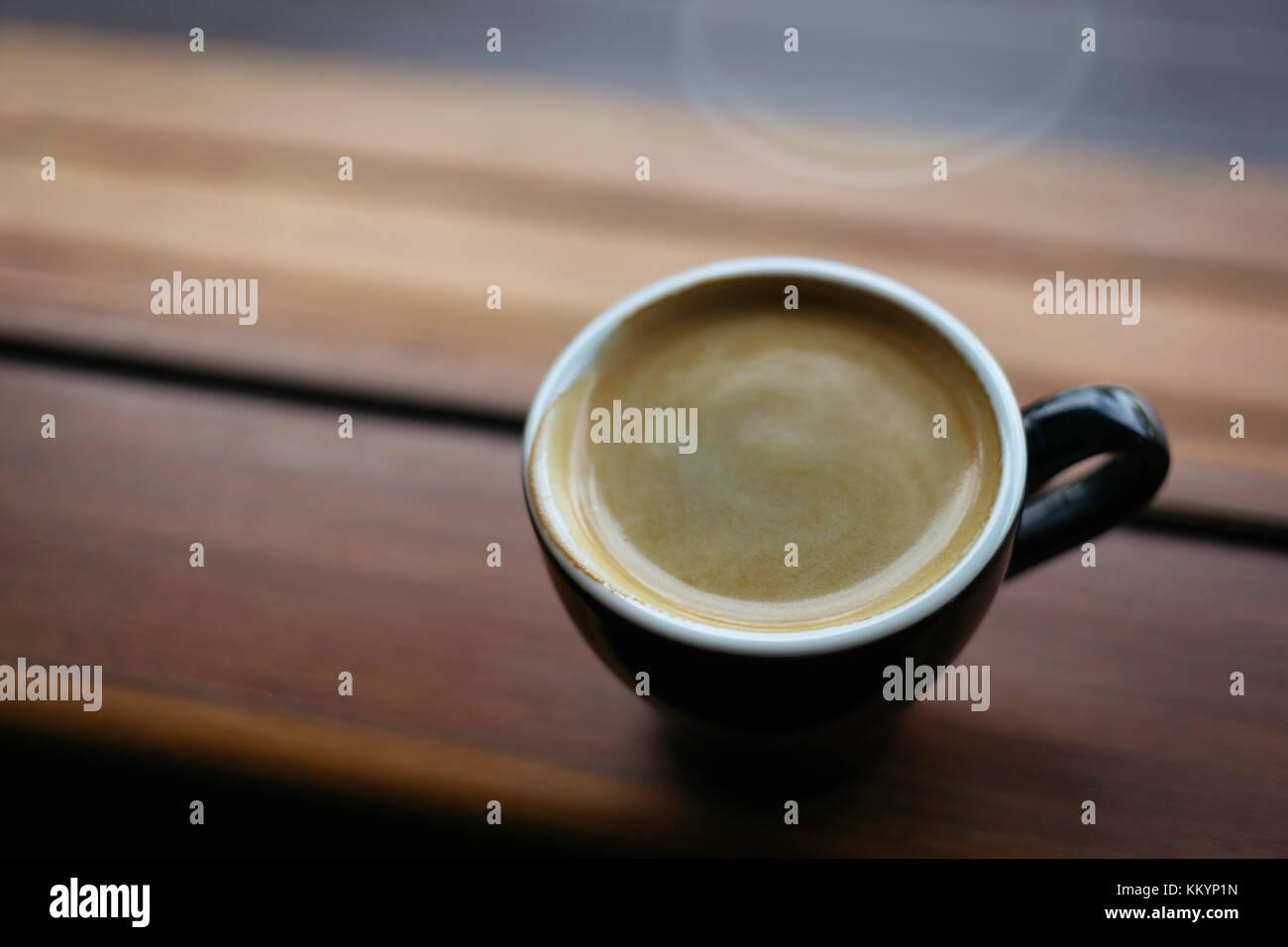 Americano, café o café espresso en un lado de la ventana en la mañana, el enfoque selectivo. Imagen De Stock