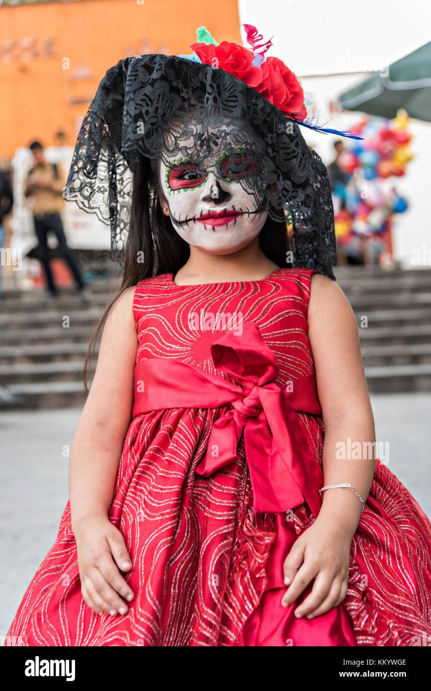 Una Niña Mexicana Vestida De La Calavera Catrina De