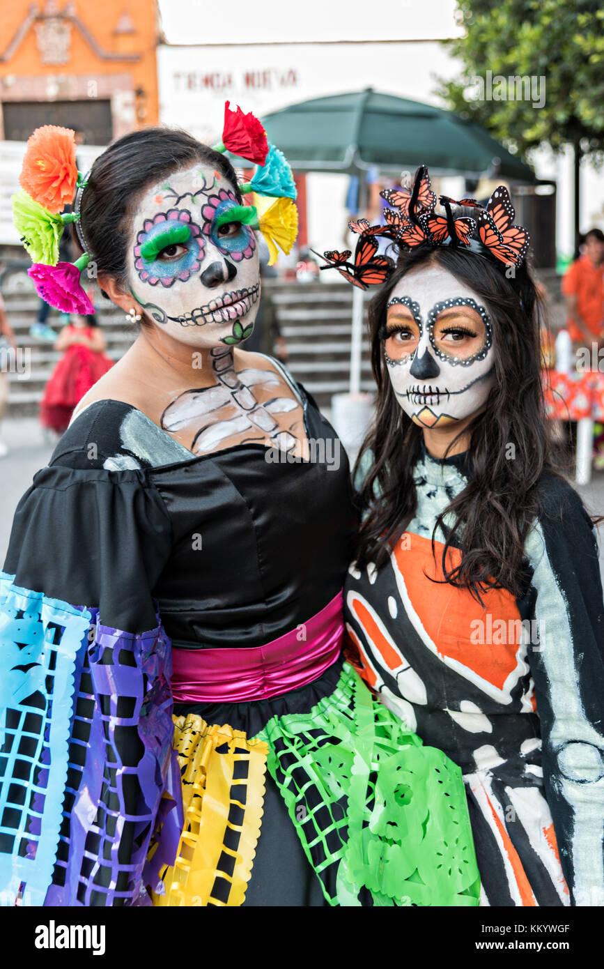 Las Jóvenes Mexicanas Vestidos De La Calavera Catrina De