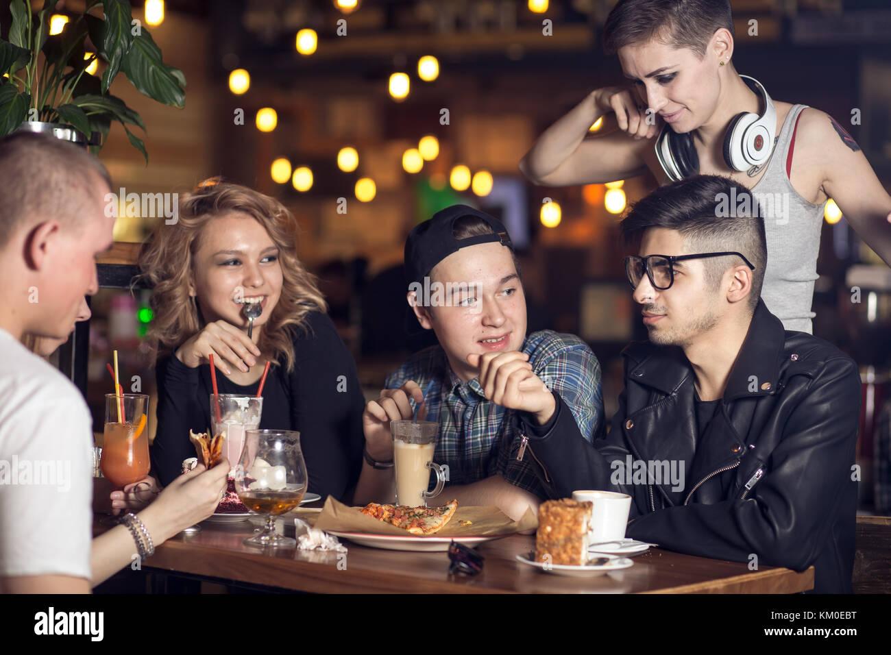 Grupo de gente bebiendo café en el café concepto Imagen De Stock