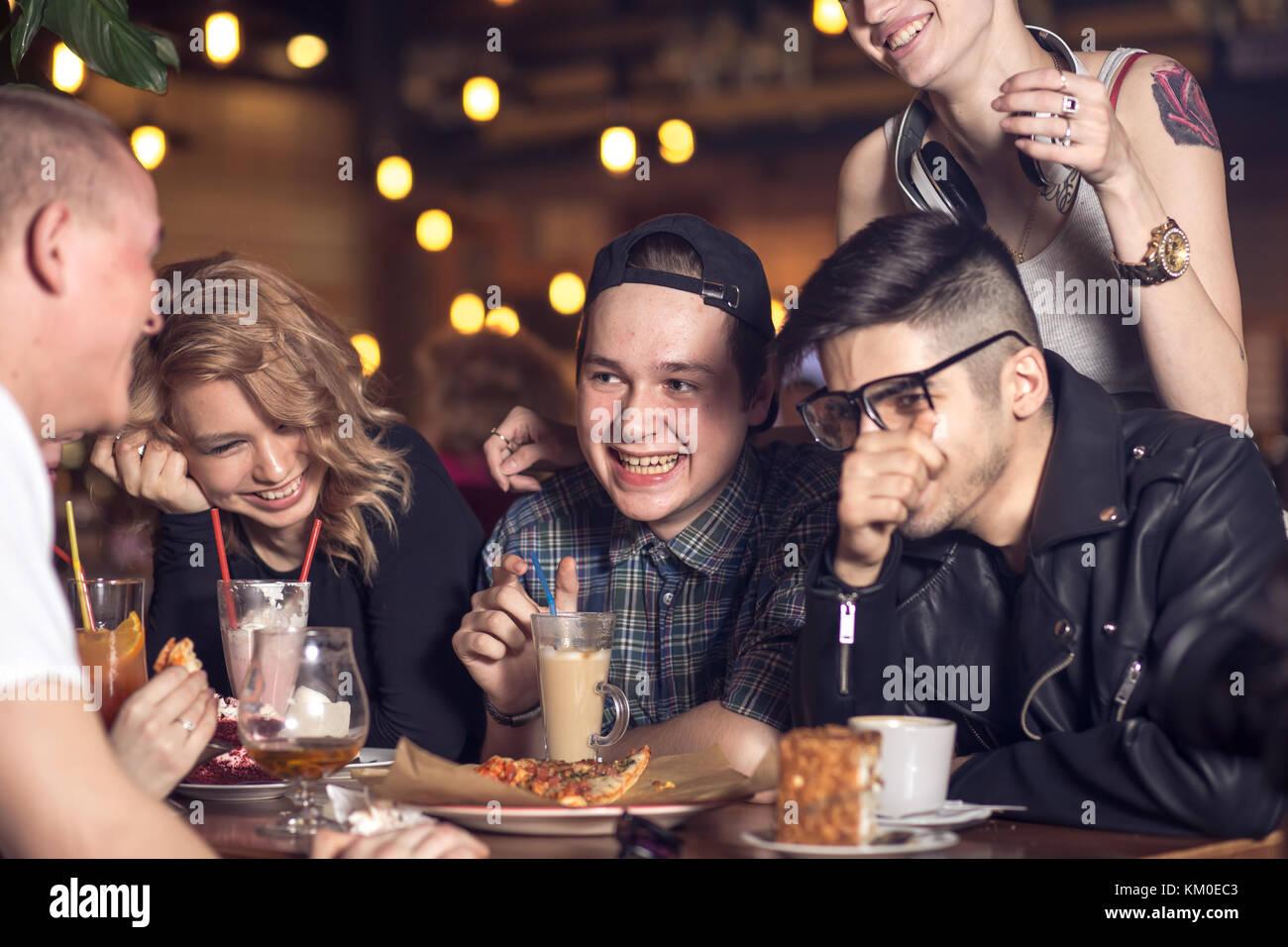 Las personas que beben café en el café concepto Imagen De Stock