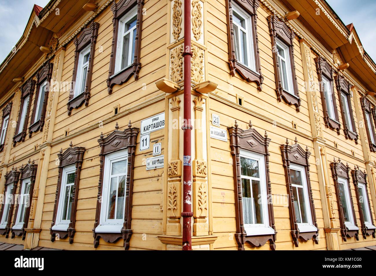 Casa tradicional rusa en Tomsk Foto de stock