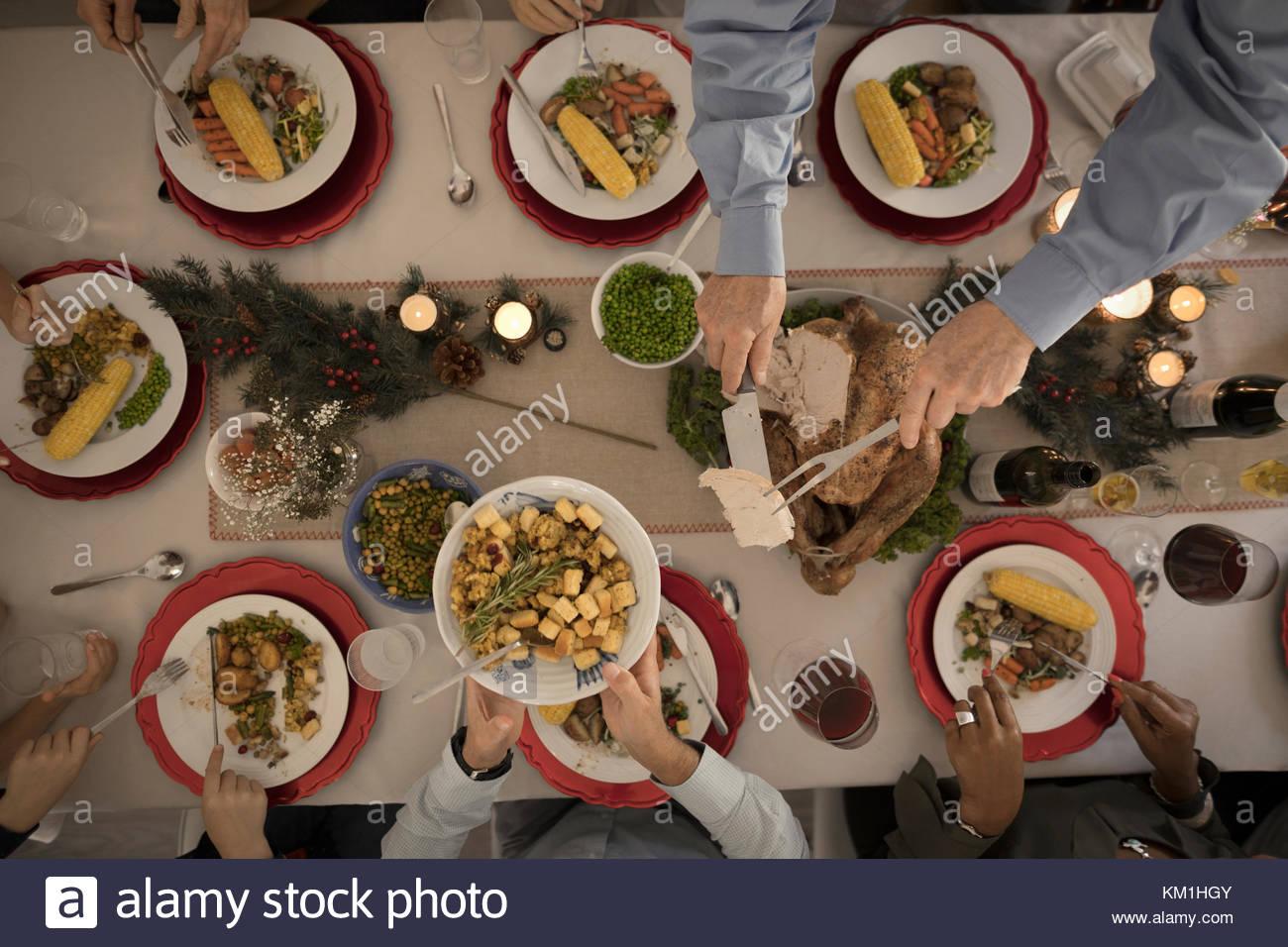 Vista aérea de la familia y servir a la talla de Turquía en la mesa de cena de Navidad Imagen De Stock