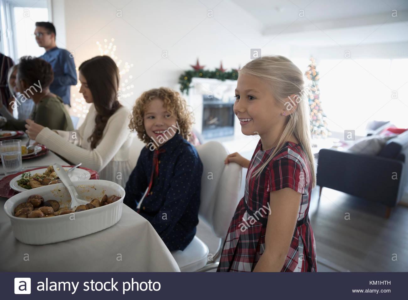 Hermano y hermana, disfrutando de la cena de Navidad de la familia en la mesa Imagen De Stock