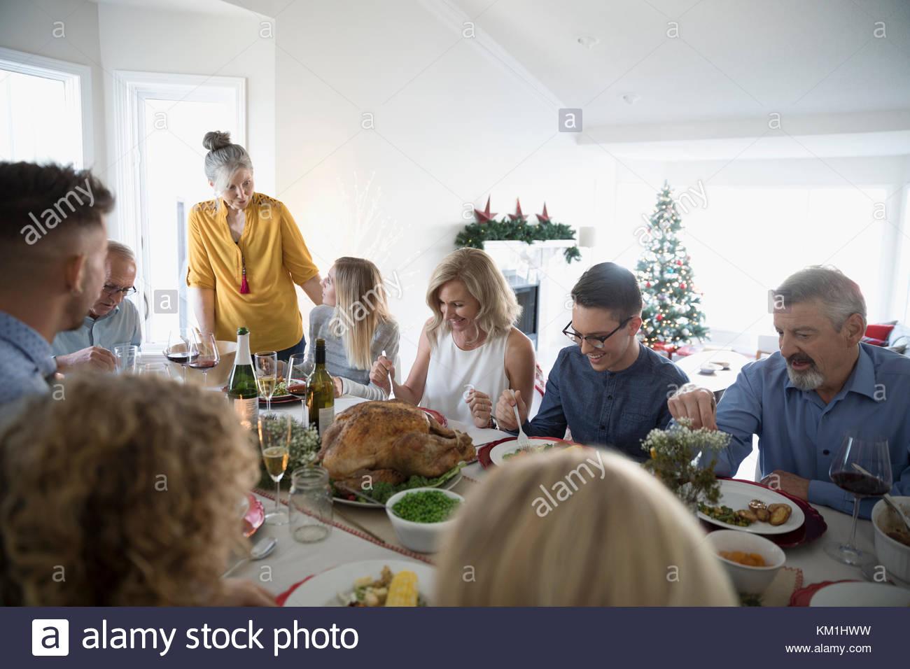 Generación multi-familia disfrutando de Turquía en la mesa de cena de Navidad Imagen De Stock