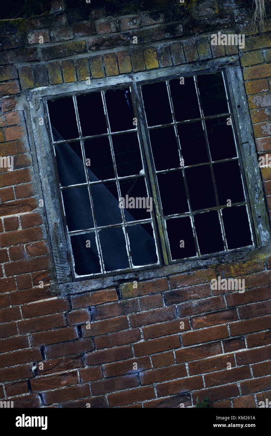 Broken Window Frame Imágenes De Stock & Broken Window Frame Fotos De ...