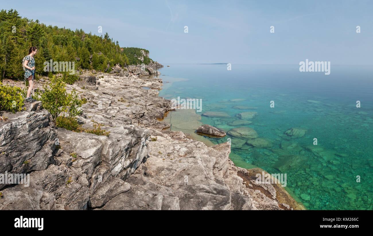Mujer senderismo en la península de Bruce, en Ontario, Canadá Foto de stock