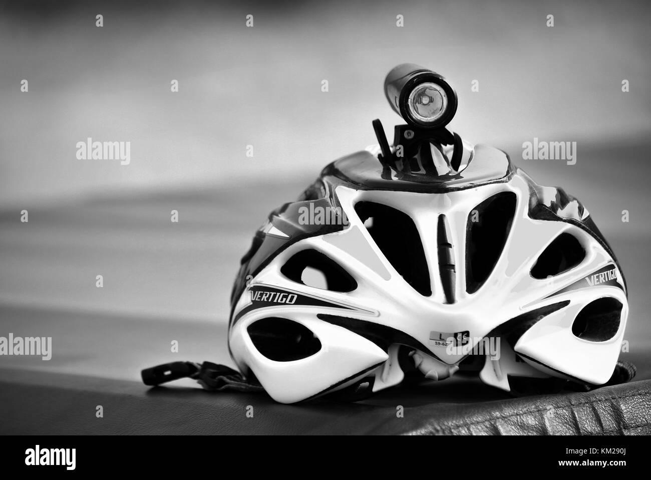 Giro casco con luz de visión nocturna Imagen De Stock