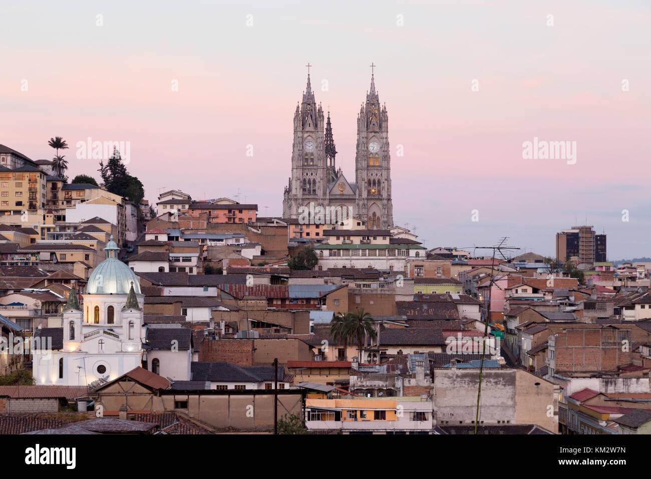 Quito, Ecuador - Ciudad Vieja skyline al atardecer con la Basílica, Sitio del Patrimonio Mundial de la UNESCO, Imagen De Stock