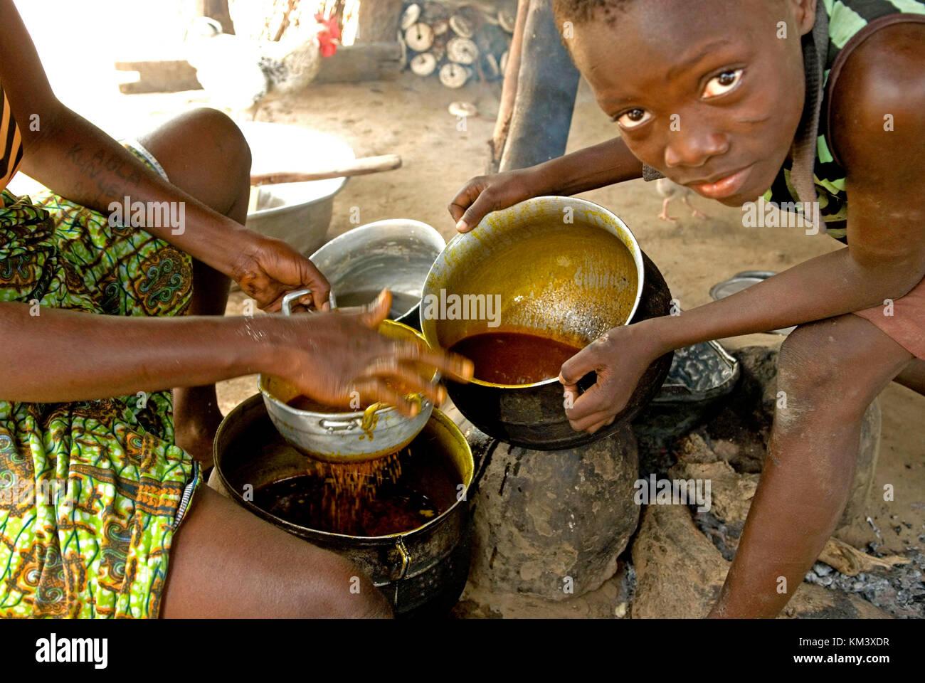 Hijo ayuda a su madre a cocinar la cena. la vida diaria en South ...