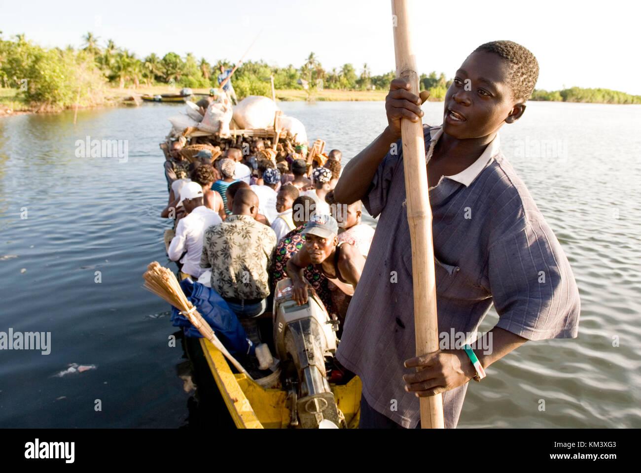 Anyiena, del mercado de barcos , río Volta, Ghana, África occidental ...