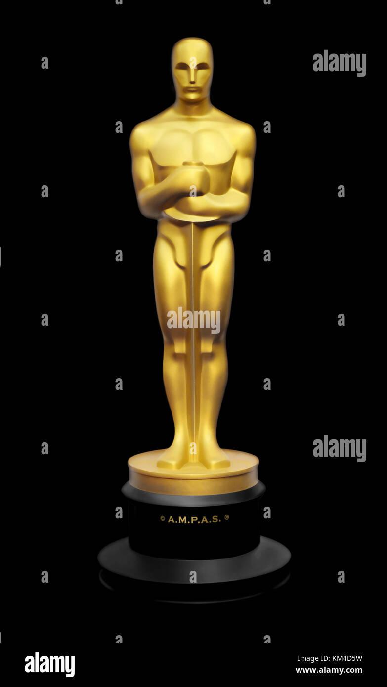 Ilustración de Oscar estatua dorada contra fondo negro Imagen De Stock