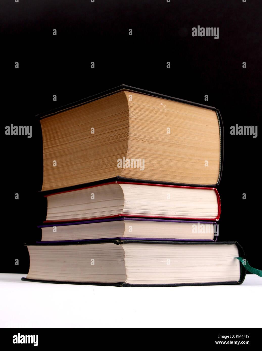Libros de varios colores sobre un fondo blanco y negro,imagen de una ...
