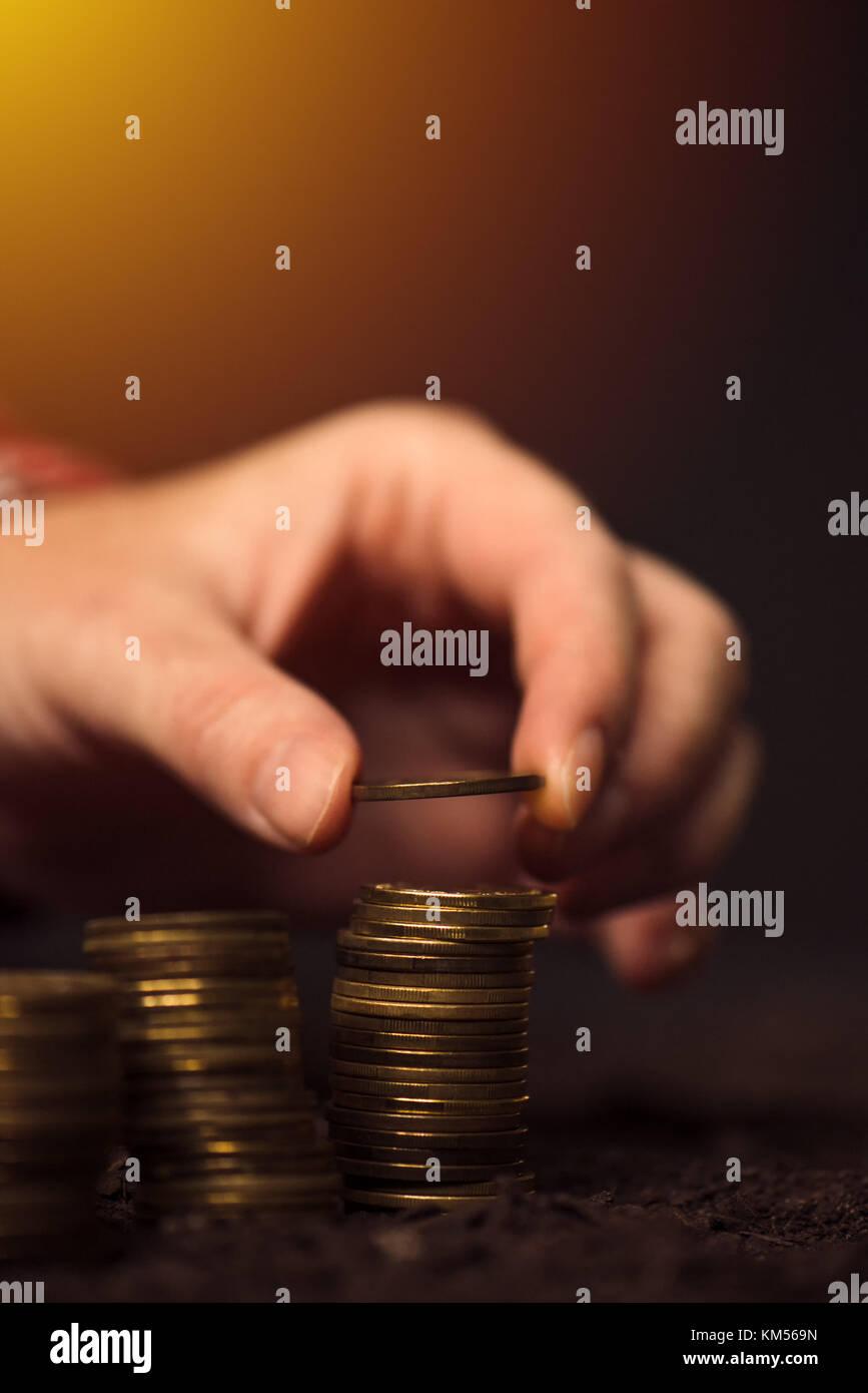 Agricultor apilar monedas, los ingresos agrícolas y el aumento de beneficios Imagen De Stock