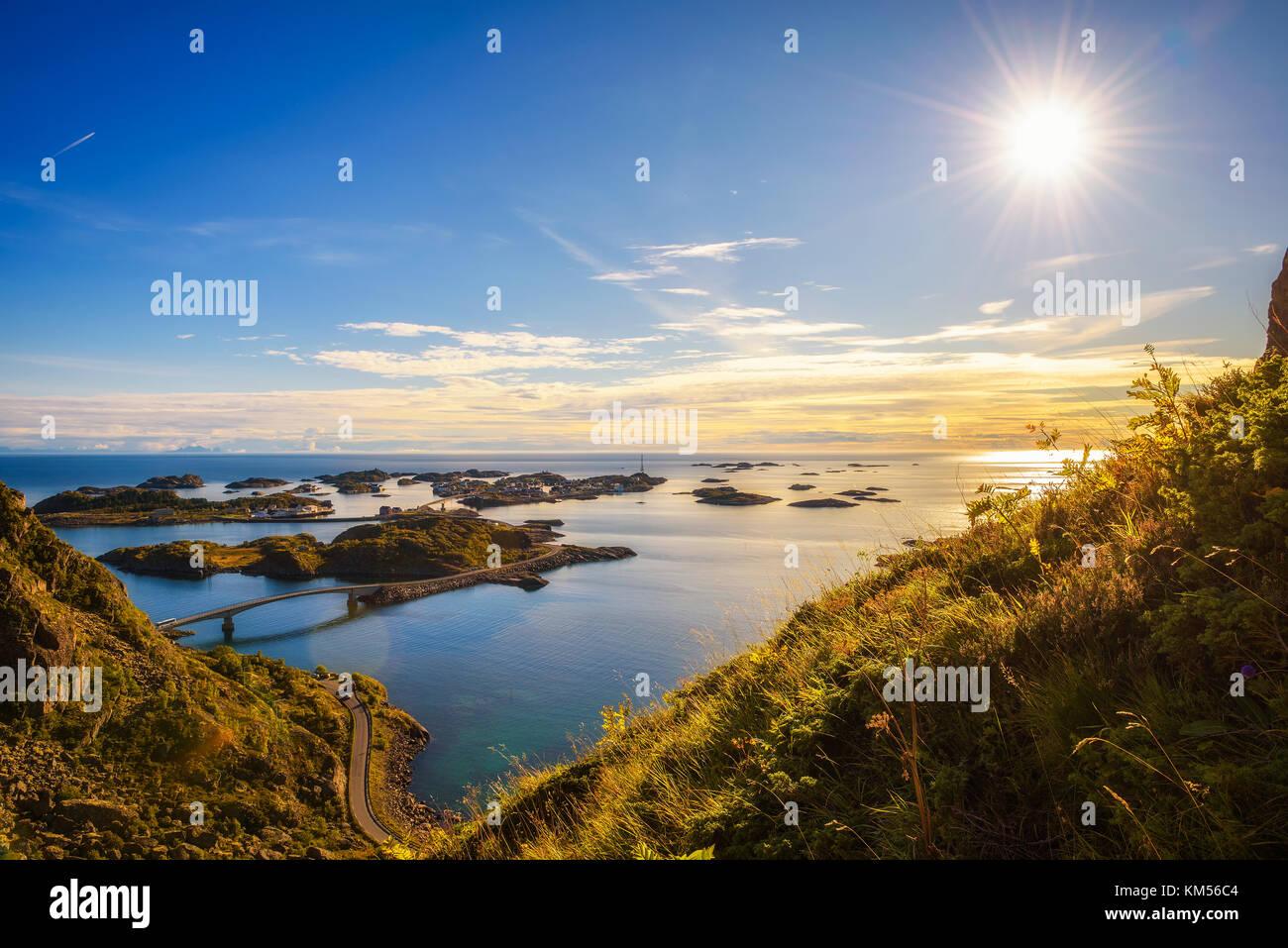 Vista desde el monte festvagtind por encima de la aldea de henningsvaer, Noruega Foto de stock