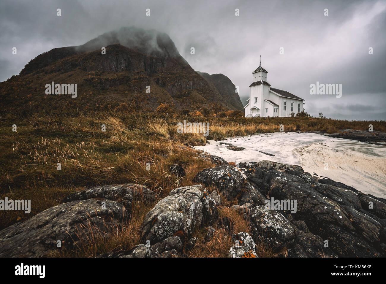 Iglesia Gimsoy en las islas Lofoten en Noruega Foto de stock