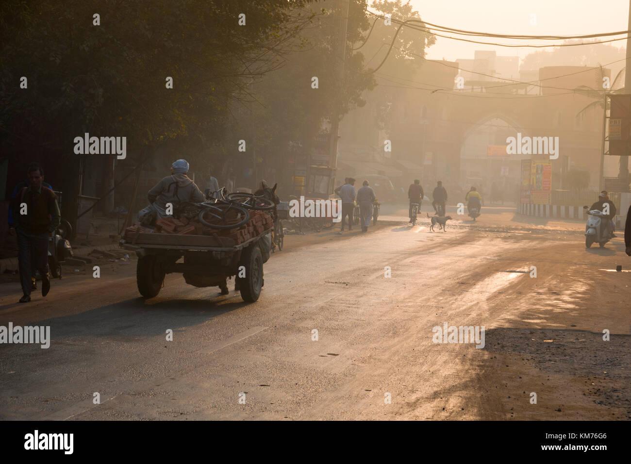 Temprano en la mañana la temperatura ambiente escena callejera en Amritsar, India Imagen De Stock