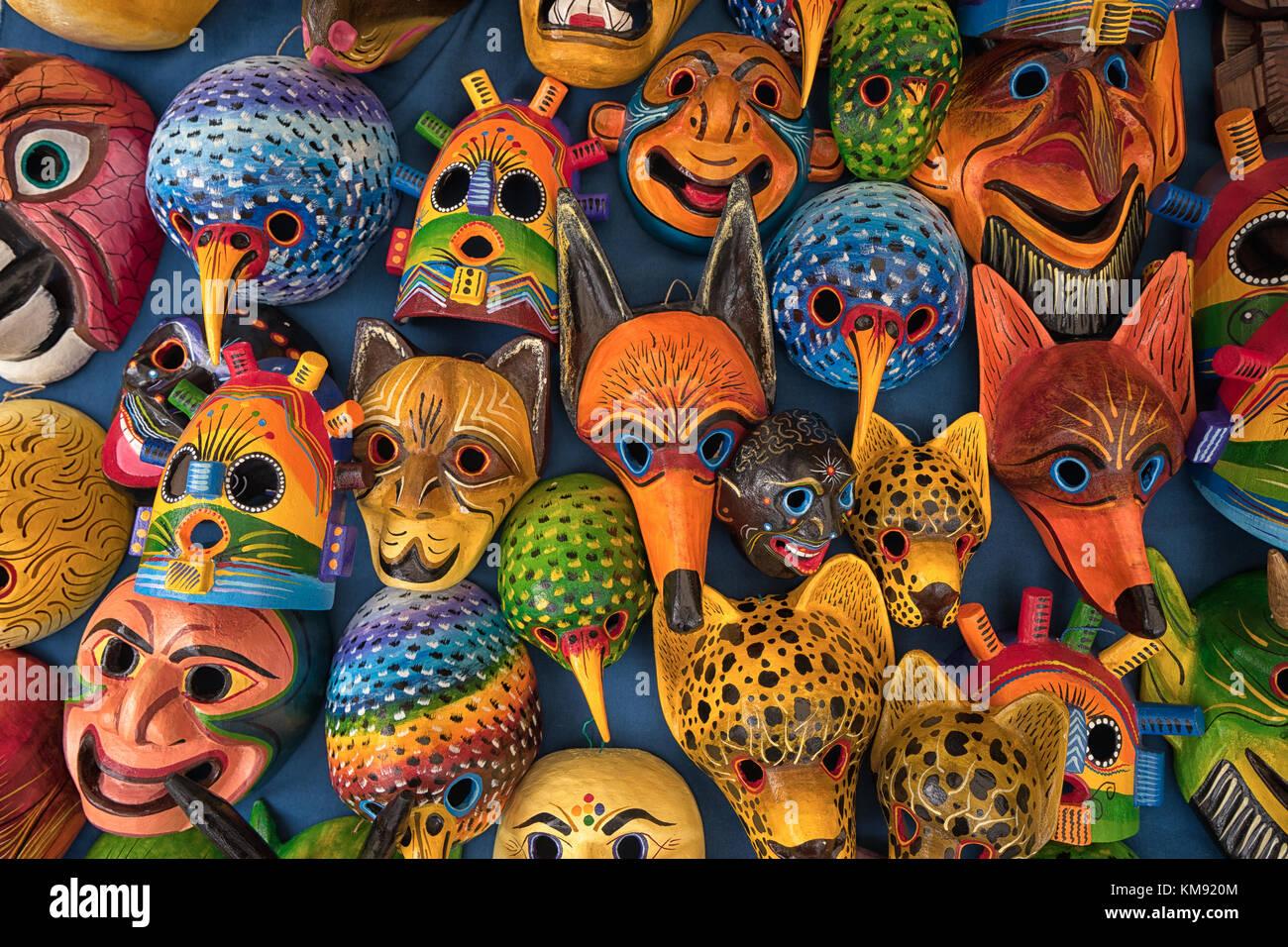 Otavalo, Ecuador - 2 de diciembre de 2017: Primer plano de coloridas esculturas de madera autóctona en el mercado Imagen De Stock