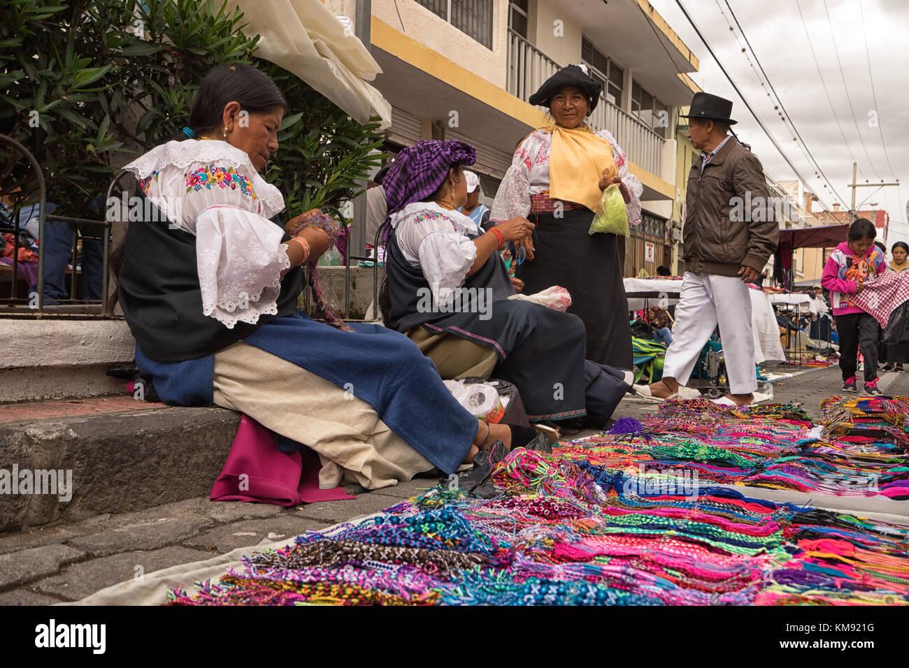 Otavalo, Ecuador - 2 de diciembre de 2017: Primer plano de una mujer indígena vendedor venta de regalos artesanales Imagen De Stock