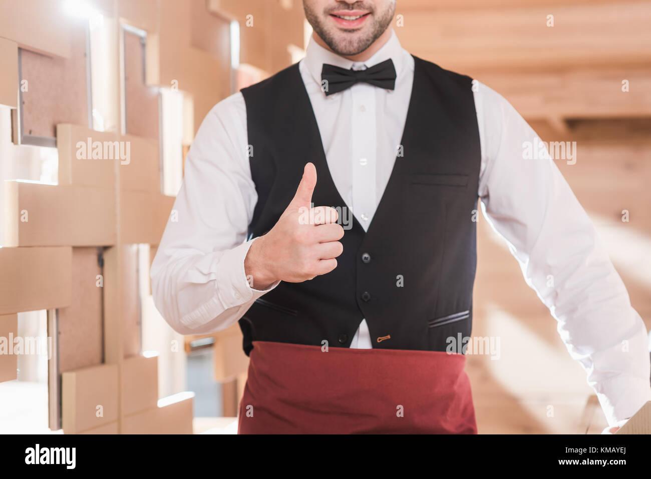 Camarero mostrando pulgar arriba Imagen De Stock