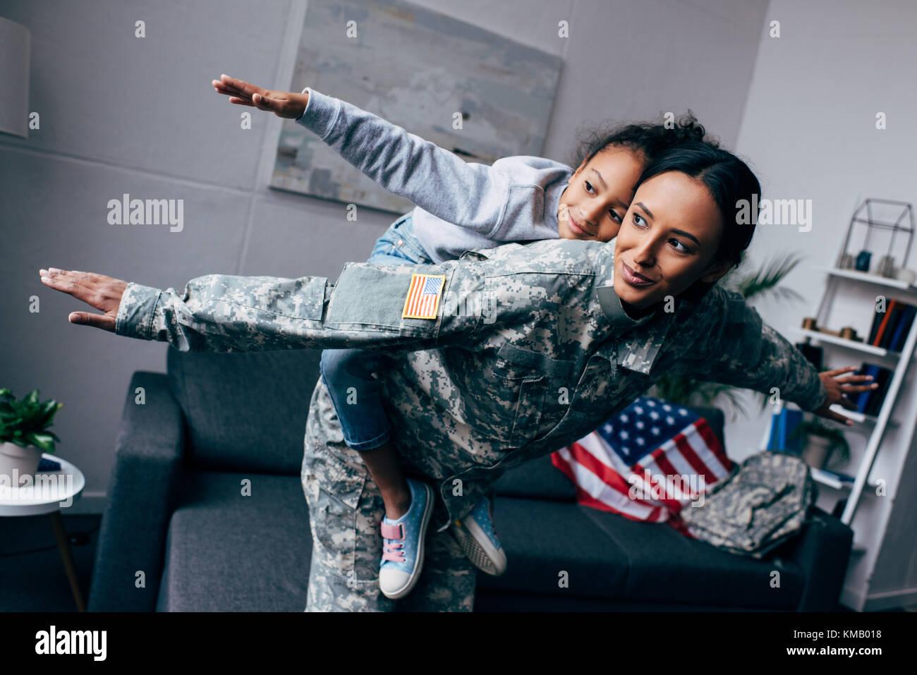 Madre en uniforme militar sumarse hija Imagen De Stock