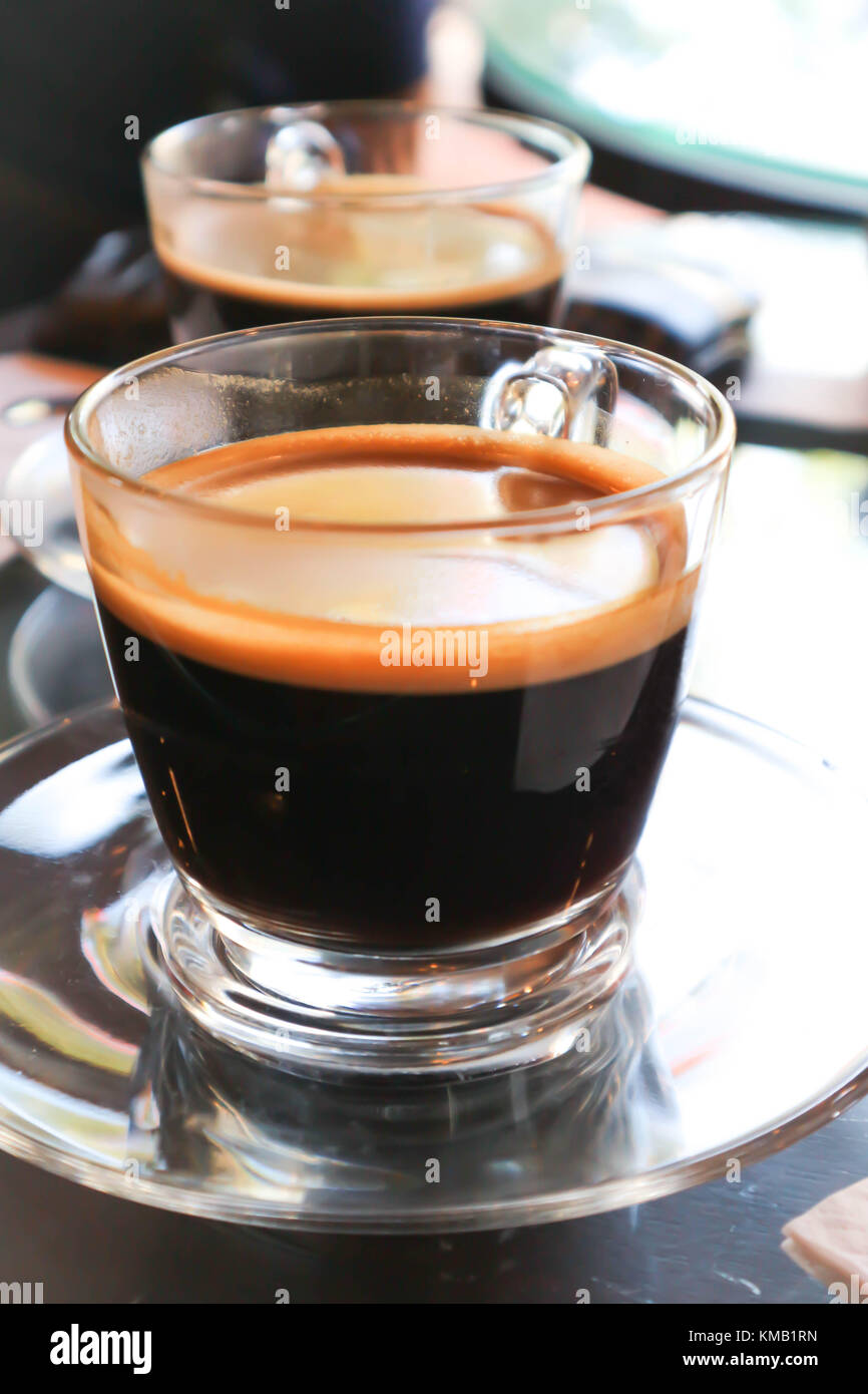 Una taza de café caliente o americano caliente Imagen De Stock