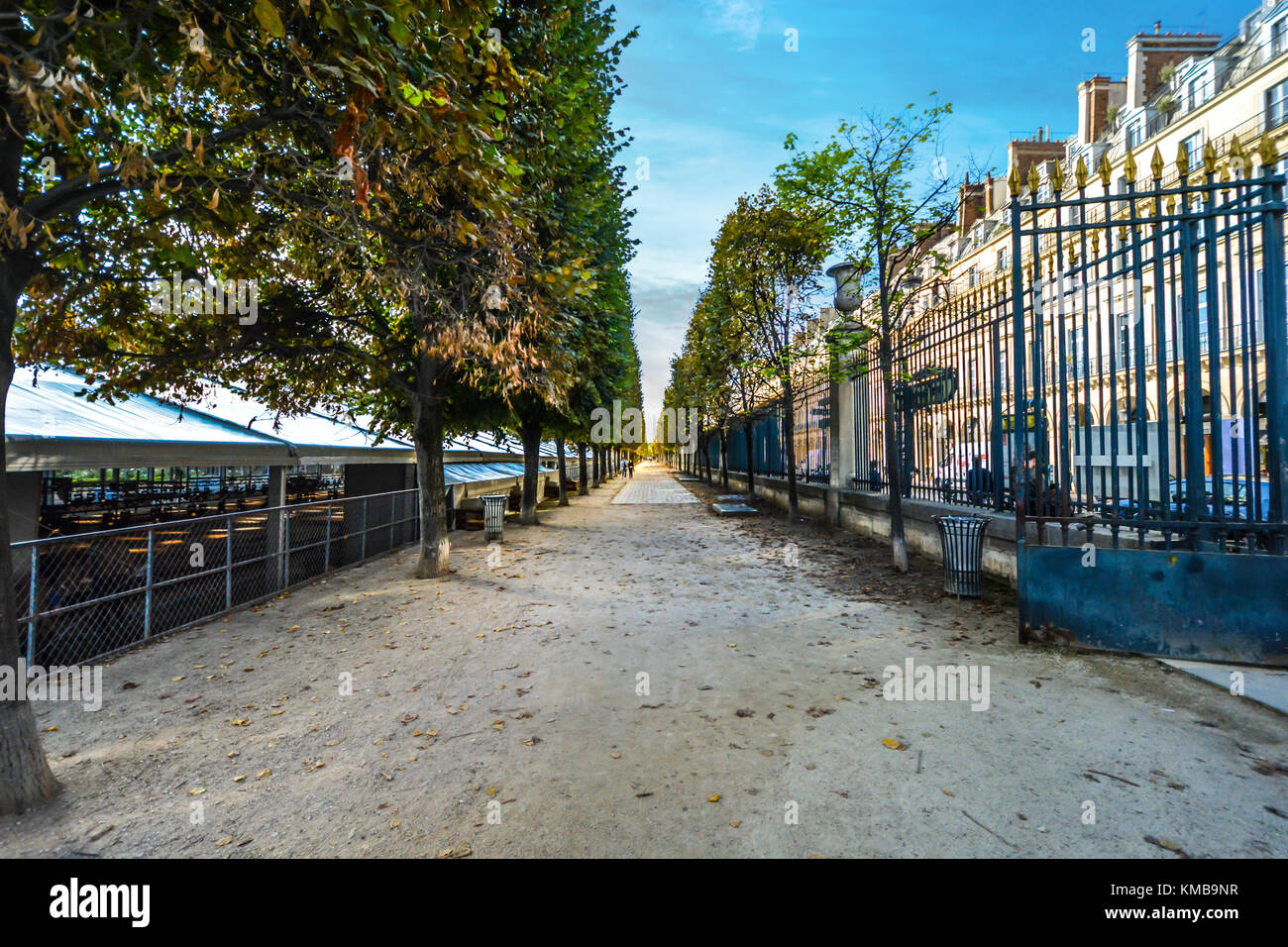 La puerta de entrada a los Jardines de las Tullerías, o el Jardín de las Tullerías en un soleado día de principios de otoño en París Francia Foto de stock
