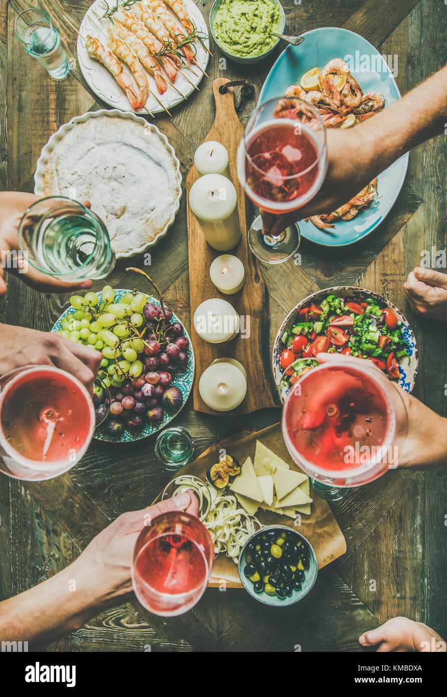 Celebración navideña mesa con aperitivos, vista superior Imagen De Stock