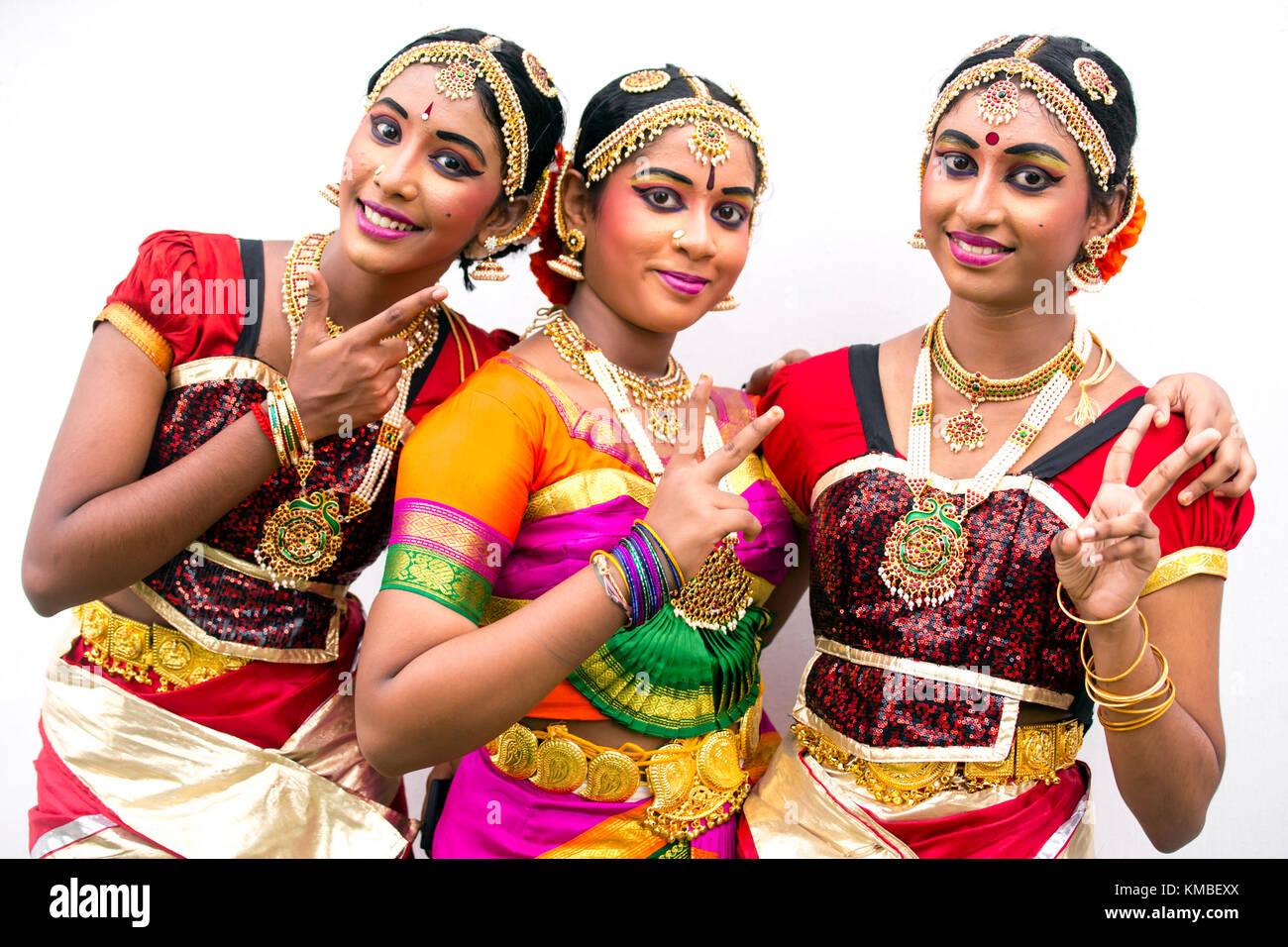 Retrato de adultos jóvenes artistas indios en traje tradicional durante el festival Thaipusam y celebraciones Imagen De Stock