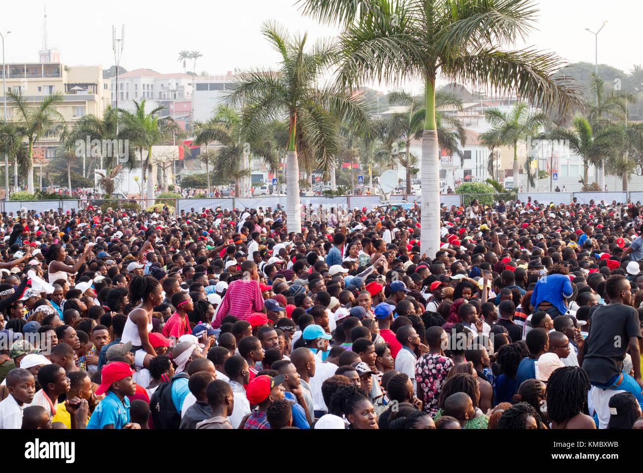 La etnia africana multitud esperando para mostrar en Luanda, Angola Imagen De Stock