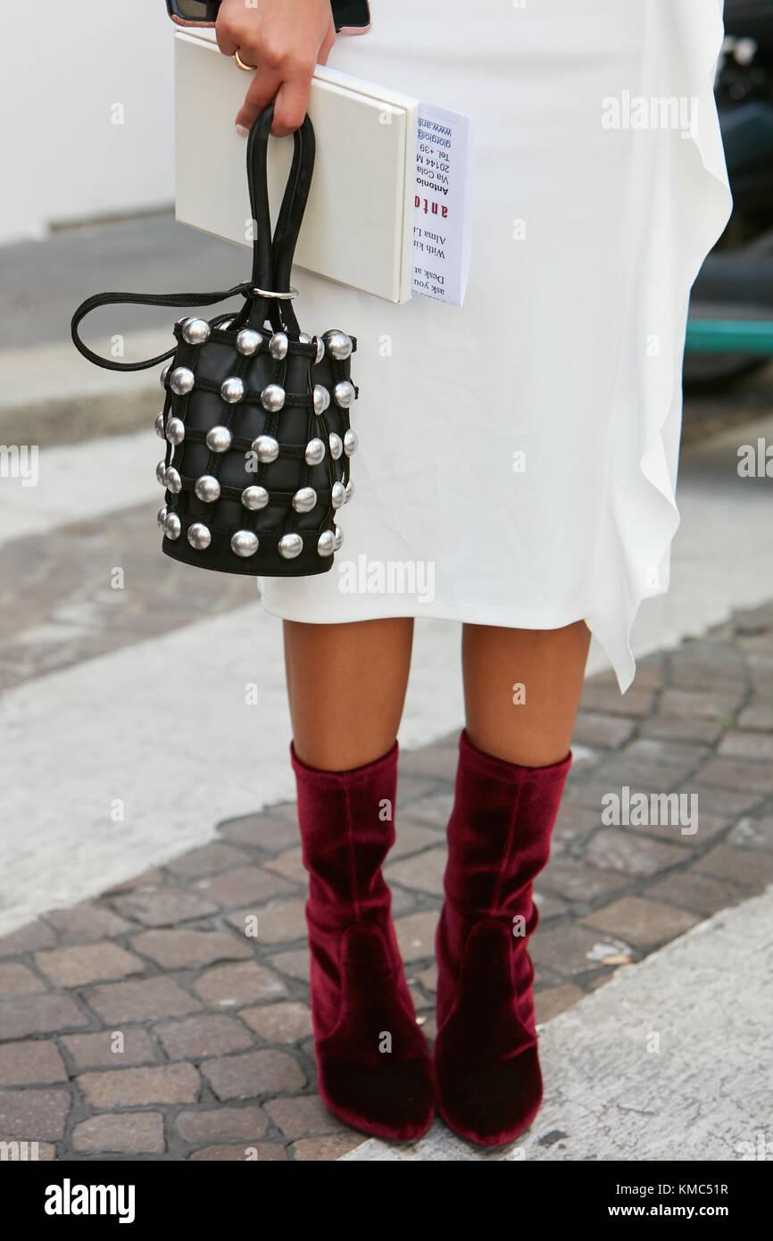 febae5ce Milán - 23 de septiembre: mujer con botas de terciopelo rojo oscuro ...