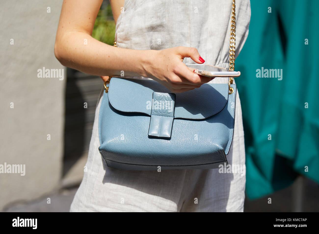 a95bed2962c2 Milán - 23 de septiembre  mujer con loewe bolso de cuero azul pálido con una