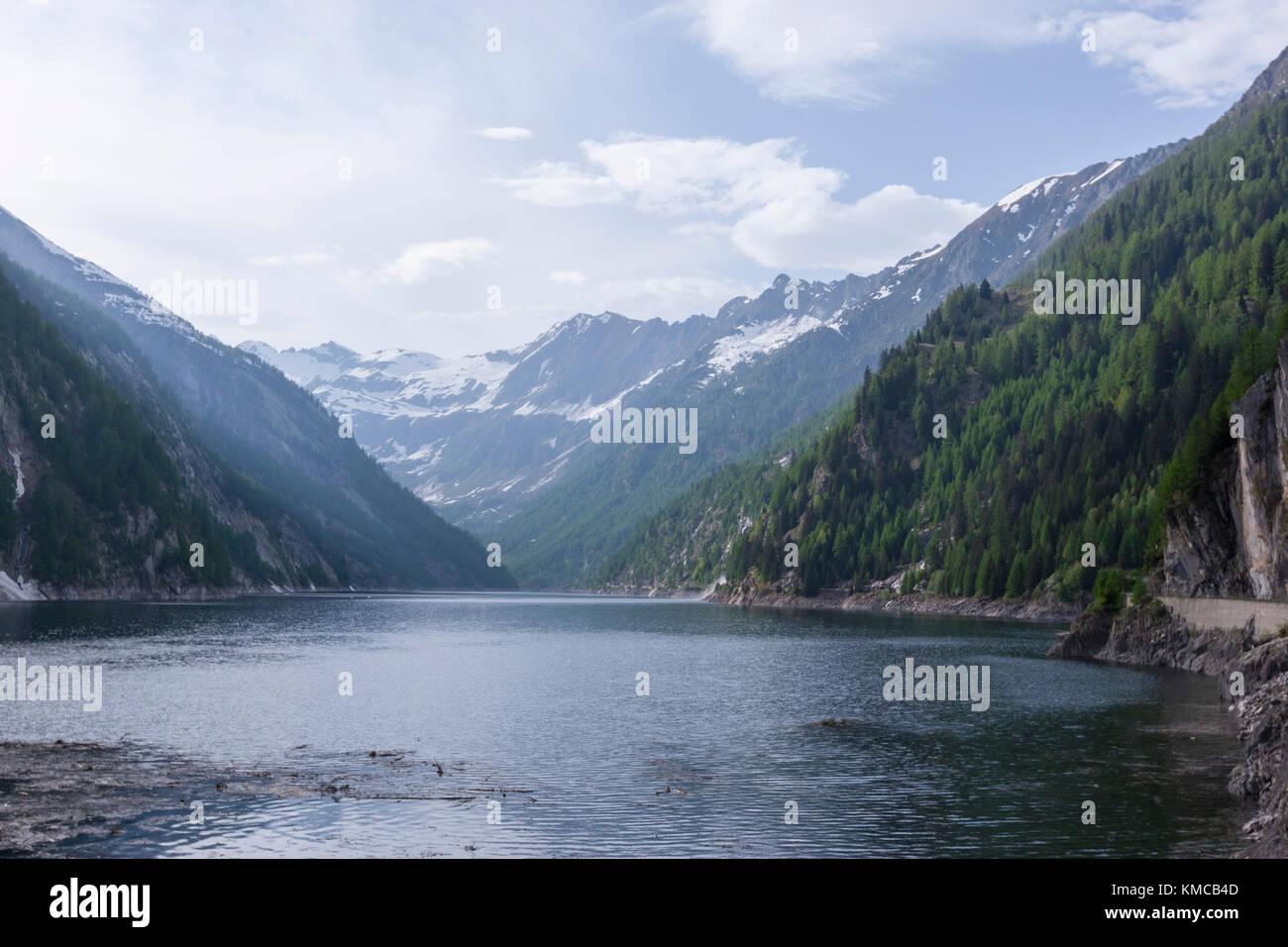 Lago del Sambuco es un depósito encima Fusio, en el municipio de Lavizzara, Tesino, Suiza. Foto de stock