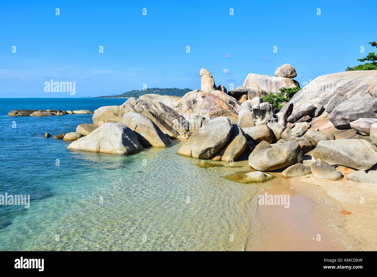 Orilla rocosa playa Hin Ta Hin Yai, famosos en la isla Samui, Tailandia Foto de stock
