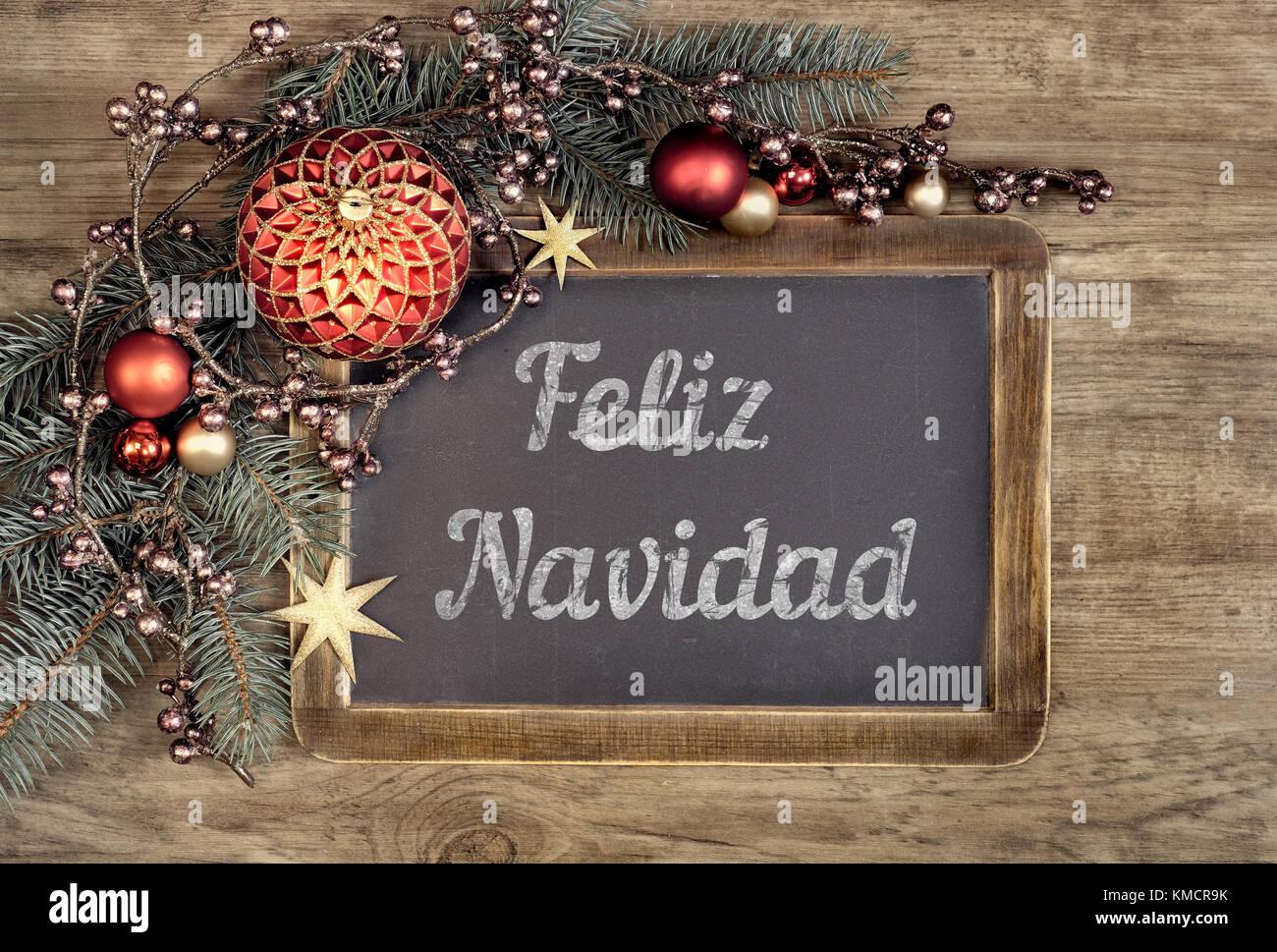 """Pizarra decorada con el texto """"Feliz Navidad"""", o """"Merry Christmas"""" en español sobre fondo Imagen De Stock"""