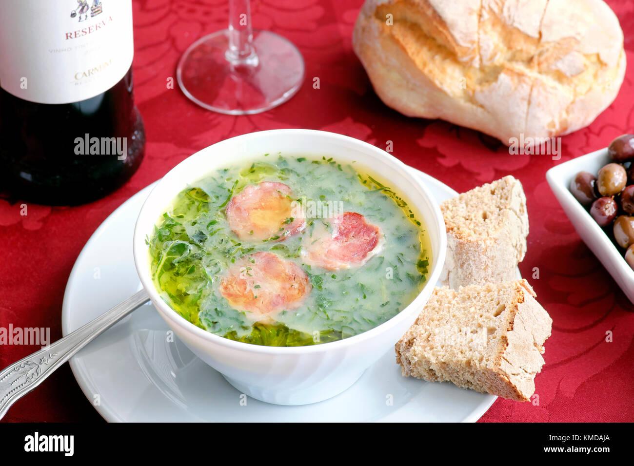 Sopa de caldo Verde, Oh muro Antigo Restaurante, Porto, Portugal Imagen De Stock