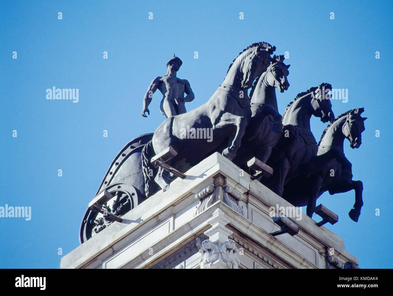 Cuatro En Mano Escultura En La Terraza Del Edificio Madrid