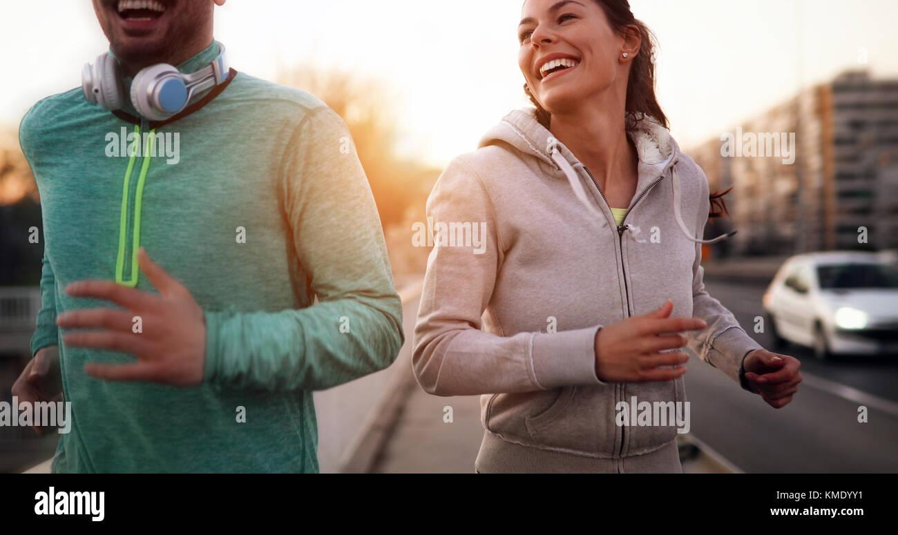 Joven pareja fitness ejecuta en zona urbana Imagen De Stock