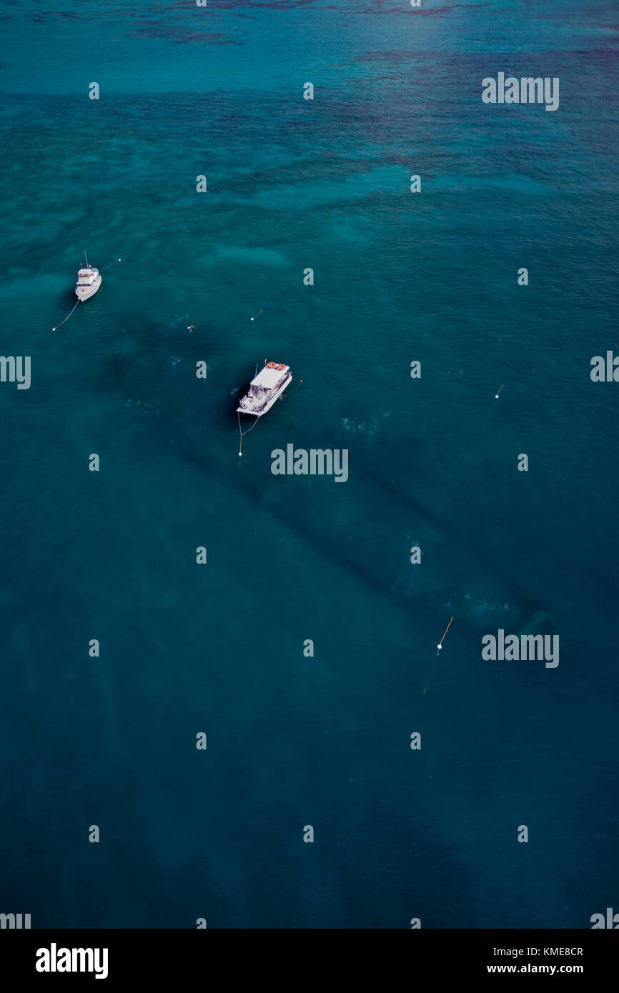 Vista aérea de los barcos de buceo local en boyas de amarre sobre el pecio benwood Foto de stock