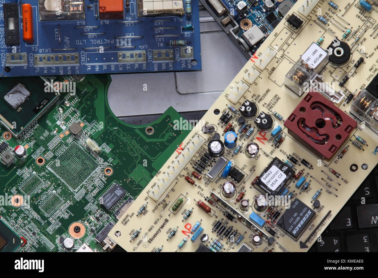 Las placas de circuitos y equipos de desecho. UK Imagen De Stock
